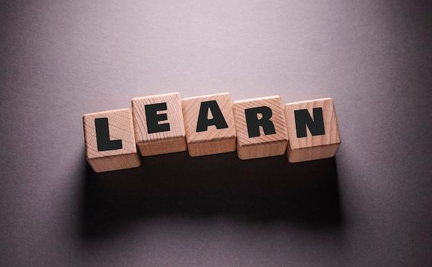 Impara la parola scritta su cubi di legno