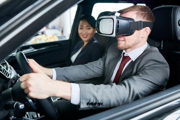 Imparare a guidare l'auto con l'auricolare vr