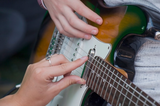Imparare a suonare la chitarra. educazione musicale e lezioni extracurriculari musicali.