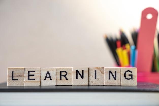 Imparare la parola raccolta da elementi in legno con le lettere