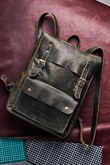 Accessori zaino in pelle isolato sfondo hipster. borsa in pelle marrone. zaino fatto a mano per i viaggiatori.
