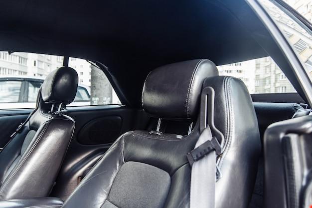 Interni in pelle nera di un'auto di lusso tappezzeria in pelle fatta a mano