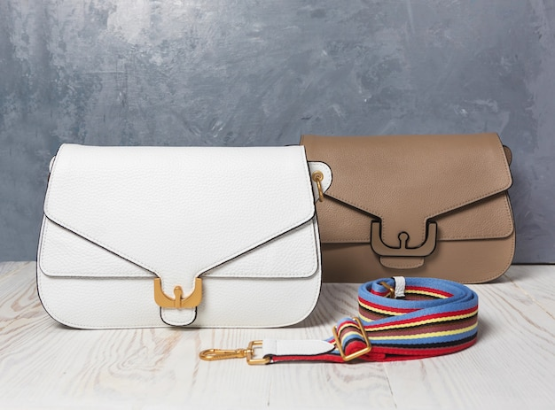 Priorità bassa isolata borse della donna di colore di cuoio