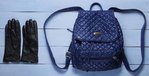Zaino alla moda in pelle, guanti in legno blu. accessori di tendenza