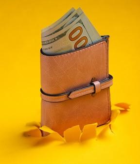 Portafoglio in pelle rosa con banconote