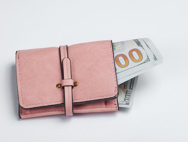 Portafoglio in pelle rosa con banconote in dollari