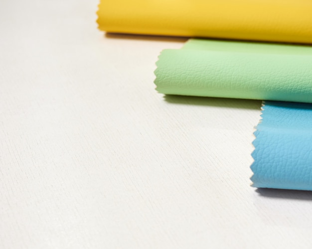 Campioni di pelle in vari colori.
