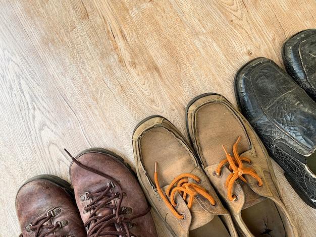 Scarpe di cuoio sul tavolo di legno