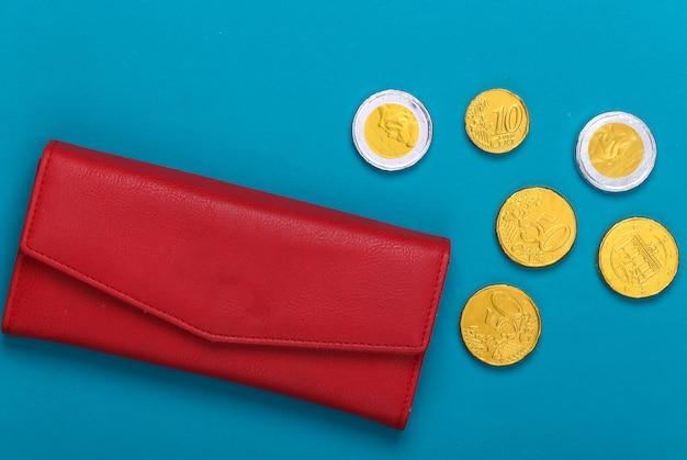Portafoglio in pelle con monete su un blu