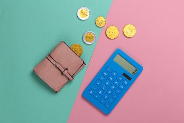 Portafoglio in pelle con monete e calcolatrice su un rosa blu