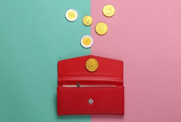 Portafoglio in pelle con monete su rosa blu