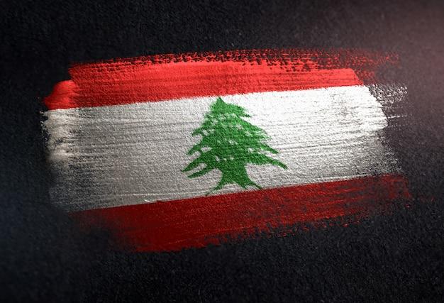 Bandiera del libano fatta di vernice spazzola metallica sulla parete scura del grunge