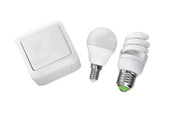 Lampadine a led e interruttore della luce elettrica isolati su bianco.