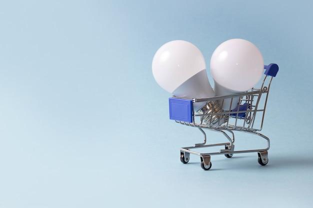 Lampadine a led in un carrello della spesa