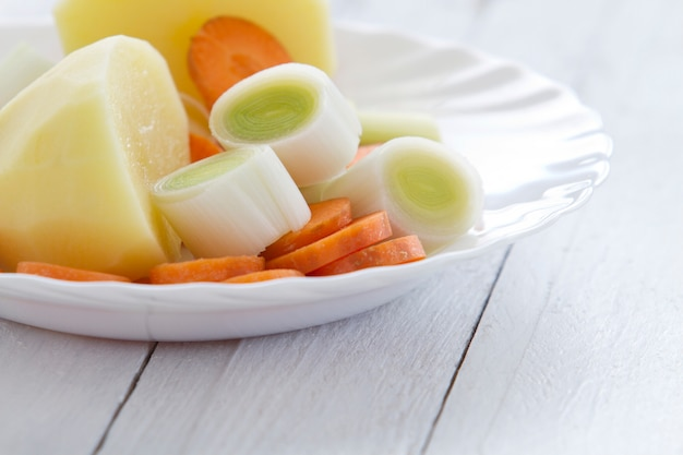 Porri con patate e carote su un piatto