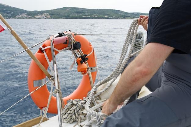 Fogli leer su uno yacht primo piano del lenzuolo a righe i fogli vengono pesati sulle rotaie dello yacht