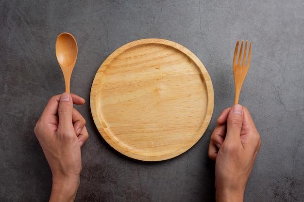 Persona mancina che tiene il cucchiaio sul lato sinistro concetto di giorno della mano sinistra.