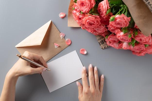 Cartolina d'auguri di scrittura della donna mancina