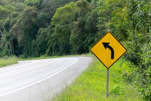Segnale di svolta a sinistra sulla strada
