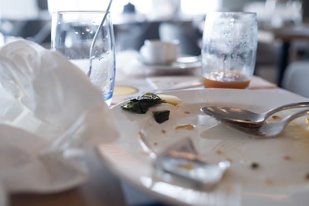 Cibo avanzato dopo la festa, cibo sporco