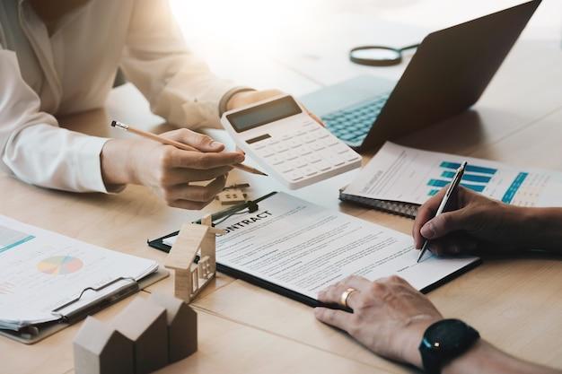Consulenti legali, notaio o avvocato che discutono il documento contrattuale sulla scrivania con il cliente