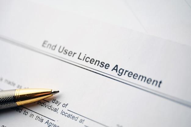 Documento legale contratto di licenza con l'utente finale su carta da vicino.