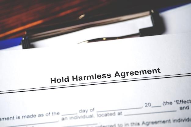 Documento legale tenere accordo innocuo sulla carta da vicino.