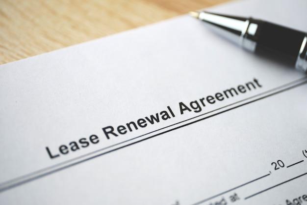 Documento legale contratto di rinnovo del contratto di locazione su carta da vicino.