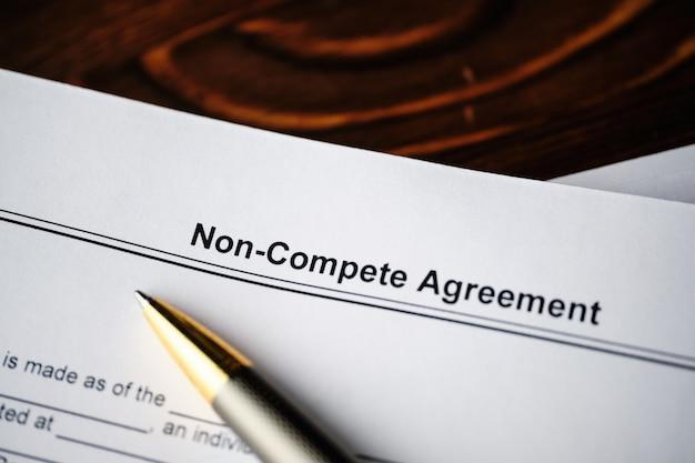 Documento legale accordo di non concorrenza sulla carta da vicino.