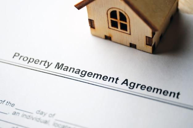 Documento legale accordo di gestione della proprietà su carta da vicino.