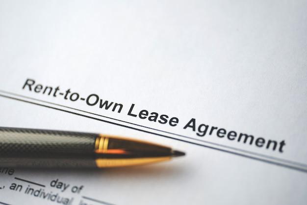 Documento legale contratto di locazione a riscatto su carta close up.