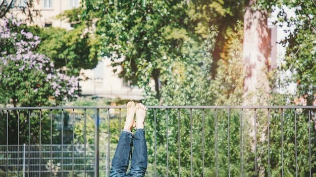 Gambe a piedi nudi per prendere il sole in balcone, panorama