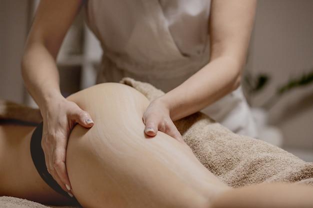 Massaggio gambe e glutei per ridurre cellulite e flebeurismi e preservare un aspetto sano. cura della pelle e del corpo. recupero.