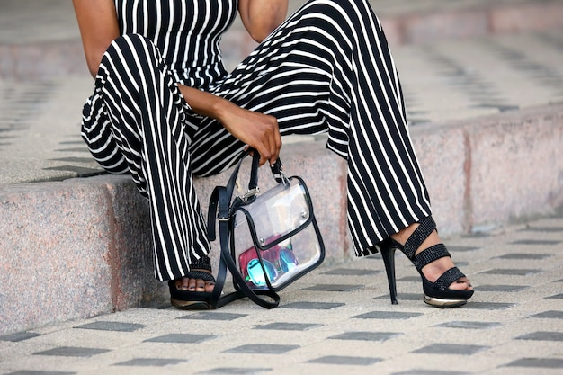 Gambe di una donna vestita alla moda