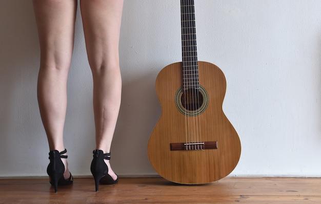 Gambe e chitarra, donna