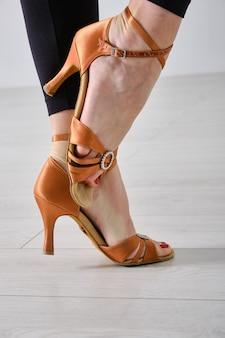 Le gambe di un ballerino professionista da sala da ballo si chiudono. scarpe professionali per ballo liscio