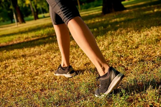 Le gambe di una donna che corre