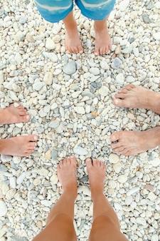 Gambe nella sabbia del mare