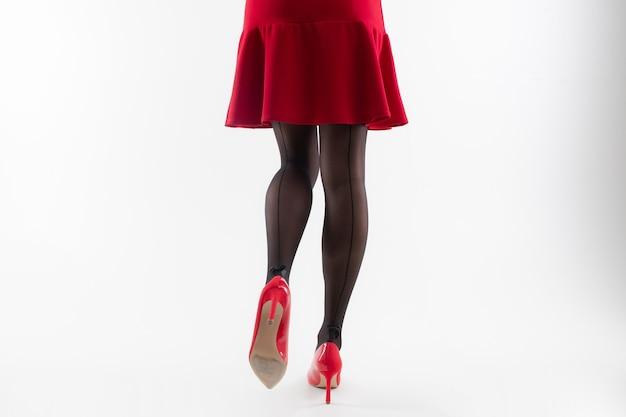 Gambe di una donna in collant con tacchi alti
