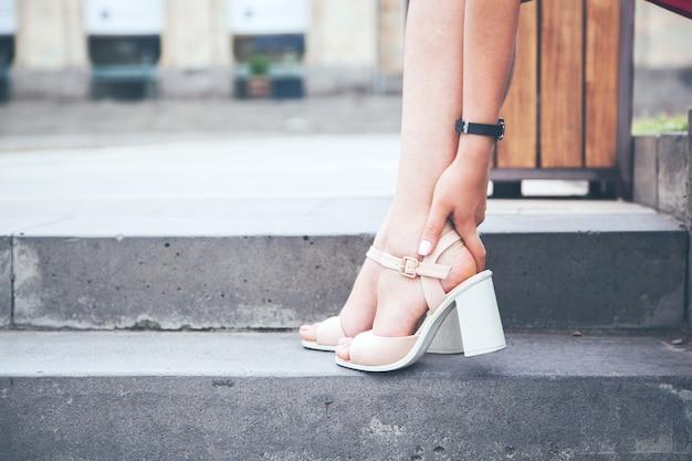 Le gambe della donna con i tacchi alti sono stanche