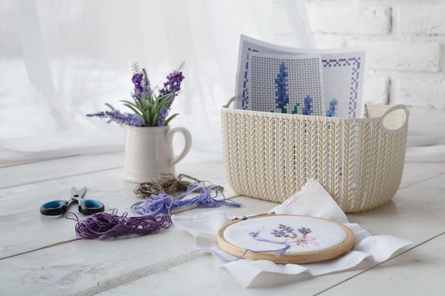 Concetto di svago, cestini colorati per gli organizzatori di casa con accessori fatti a mano