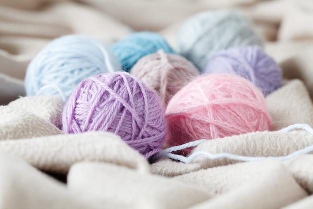 Concetto di hobby per il tempo libero, bugna di lana naturale sul tavolo