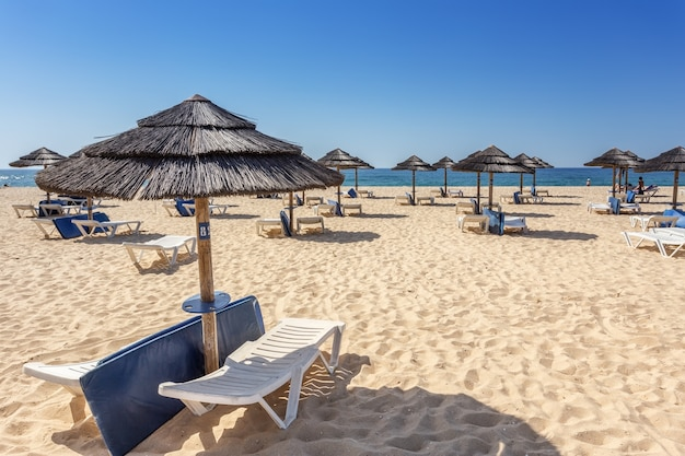 Turisti di svago sulla spiaggia in portogallo. . ilha tavira
