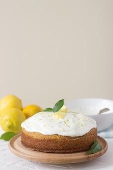Torta al limone con panna montata, copyspace