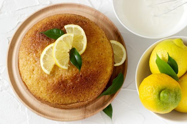 Torta al limone con panna montata vista dall'alto