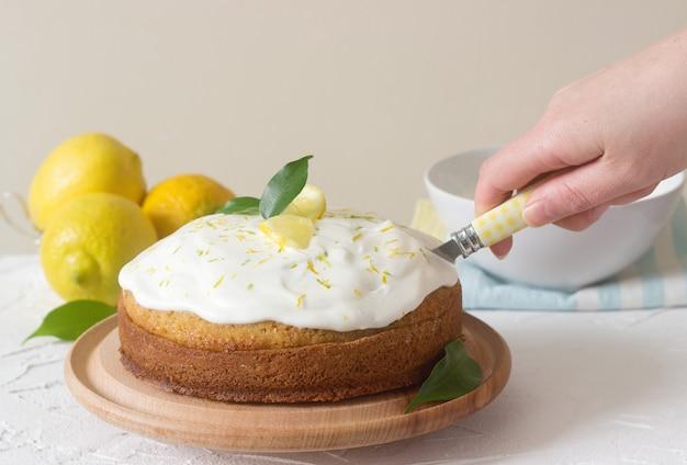 Torta al limone con panna montata.