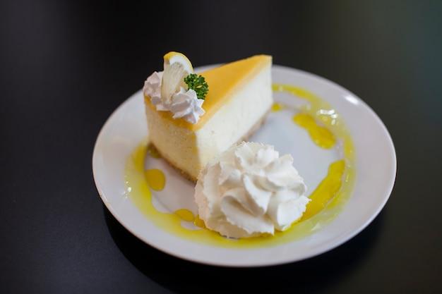 Cheesecake al limone nel piatto