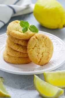 Biscotti al limone con cioccolato bianco
