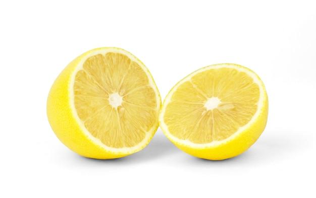 Limone tagliato a metà su bianco isolato.
