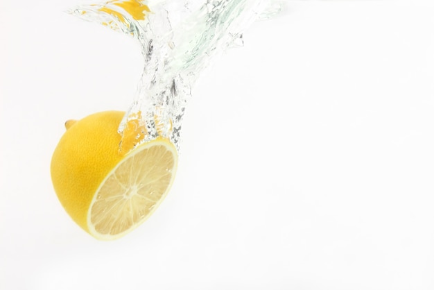 Limone gocce d'acqua su bianco